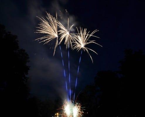 Hochzeitsfeuerwerk am Schloss Donzdorf - Bombettenbatterie blauer Aufstieg und Silber Bouquet Cracklingfontänen