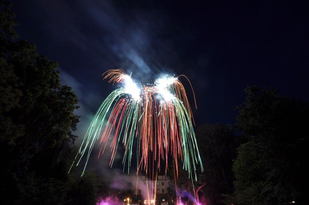 Hochzeitsfeuerwerk am Schloss Donzdorf - Bombettenbatterie Falling Leaves Lichterbild und Bengalisches Feuer