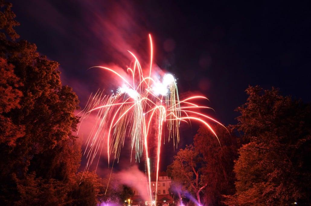 Feuerwerk zur Hochzeit am Schloss Donzdorf - Bombettenbatterie Crossette Rot Lichterbild und Bengalisches Feuer