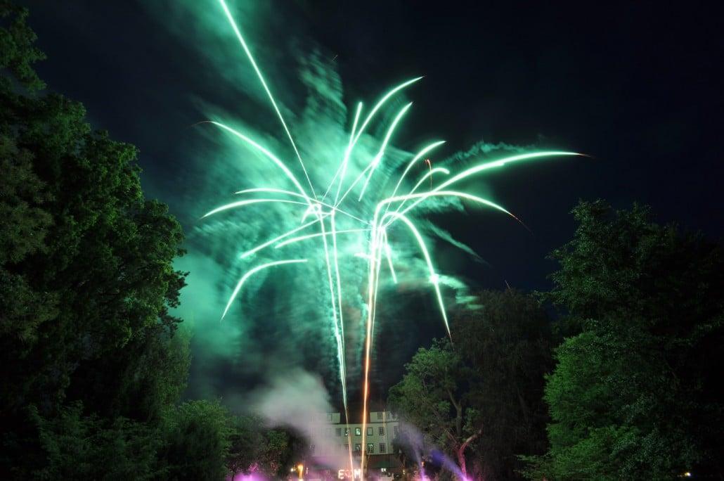 Feuerwerk zur Hochzeit am Schloss Donzdorf - Bombettenbatterie Crossette Grün Lichterbild und Bengalisches Feuer