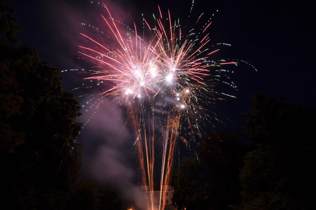 Feuerwerk zur Hochzeit am Schloss Donzdorf - Blinker, rot und Goldschweif