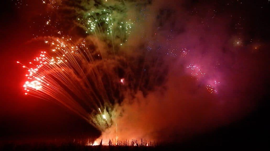 Großfeuerwerk Bodenfeuerwerk: Feuertopf Fächer in Regenbogenfarben und Bengalfackeln