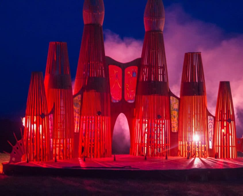 Brandskulptur in Lichtenwald hell beleuchtet mit roten Bengalfackeln