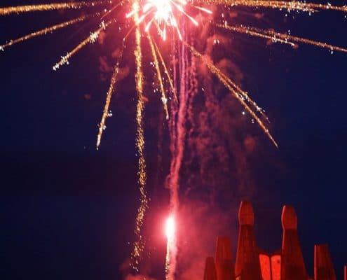 Großfeuerwerk Gold Tremolant und rote Peony